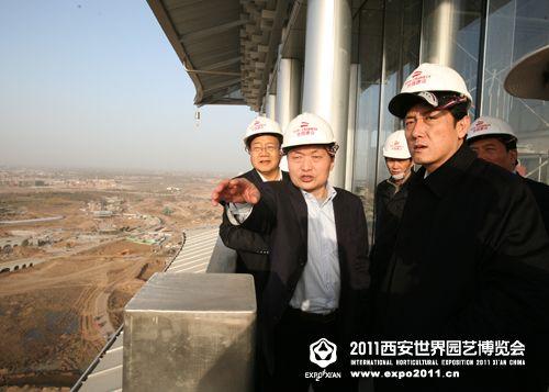 陈川平(右一)登塔了解西安世园会建设情况