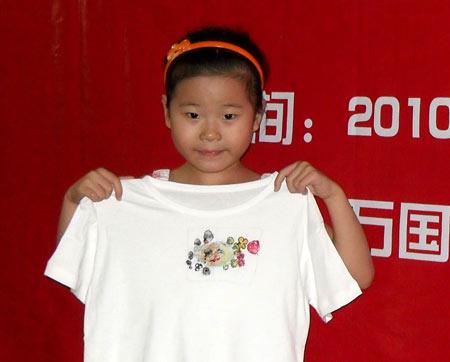 日本时代名伶带领孩子手绘t恤宣传环保理念(组图)