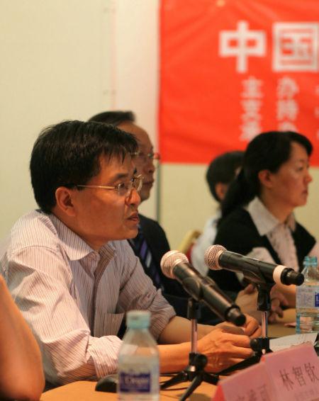 """中国能源环境高峰论坛秘书长、中国能源环境研究中心主任林智钦教授主持会议,介绍了能源环境""""百千万万""""计划构想和实施计划,宣读领导和重要专家寄语,回答记者提问。"""
