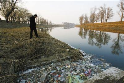2009年1月,北京高安屯垃圾场的垃圾使得运河水系受到污染。资料图片/新京报记者 韩萌 摄