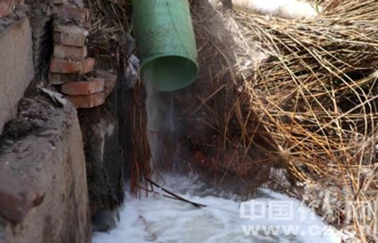 精信化工北厂区墙外,一条排污管正向白马沟中排出强酸性污