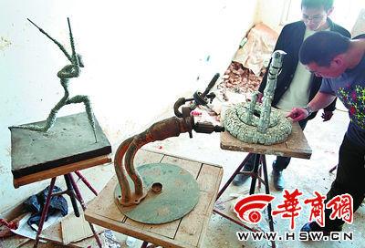 学生们将废旧材料变成一件件艺术品。本报记者 张杰 摄