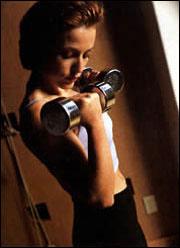 女性常举世界保持有助哑铃健美挺拔(图)美女乳房a女性图片
