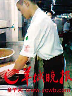 厨师杀完鱼后,直接放黄水里洗(视频截图)