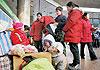 农民工带着孩子在北京西站候车