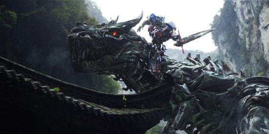 """《变4》中,武隆出现在香港附近,充当擎天柱驯服机械恐龙头领""""钢锁""""的背景。"""