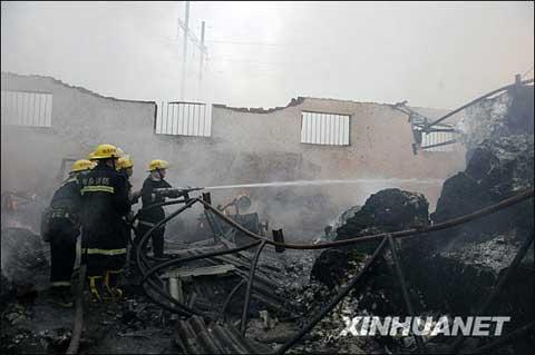 河南新乡:因强降雨路面积水 雷电引发仓库大火