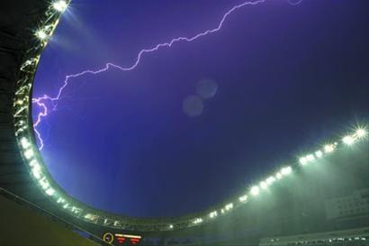 昨晚雷电到来时,上海体育场里正在进行中超比赛。