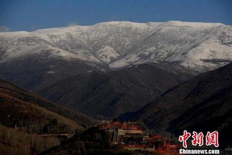 1日迎来的雨雪天气使得五台山气温下降到今天的零下5℃.焦瑾琦摄-