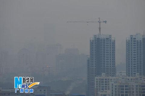 12月8日,南宁市区被雾霾笼罩。(来源:新华网)