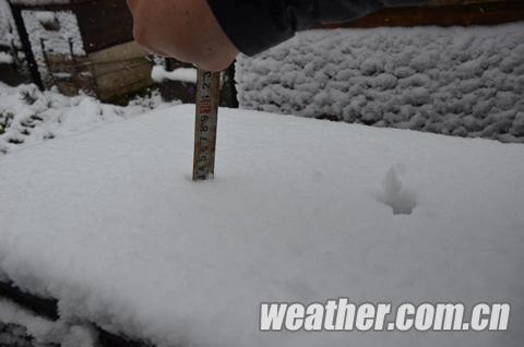 截至15日下午18时,百色张家寨的积雪已经有3厘米。(尹华军 摄)