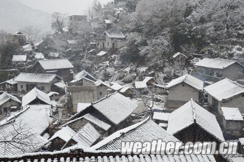 被雪覆盖的隆林小村庄显得诗情画意。(尹华军 摄)