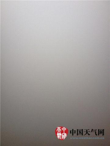 图为11日清晨北京朝阳一小区内,雾、霾完全遮盖了视线。(朱茜 摄)