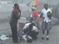 震后海地满目疮痍 灾民在路边痛哭