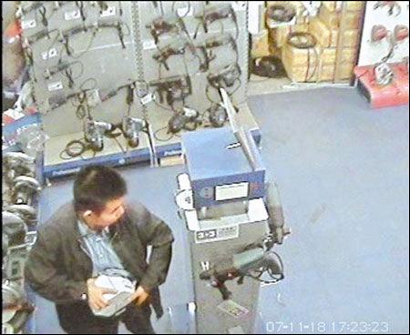 小偷将20斤电钻藏进裤裆走出店(图)
