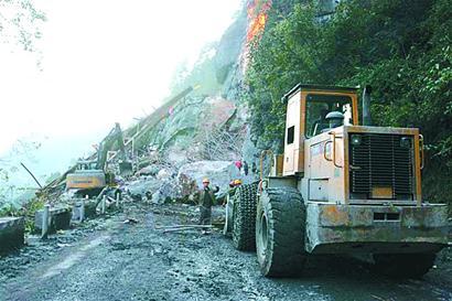 图文:巨石和钢架排山倒海般垮塌