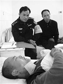 图文:喉部被割,浴血夺刀制抢匪