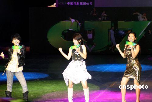 首映礼上首唱《长江7号》普通话版主题曲.-众星助阵 长江七号 北京