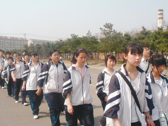 高中学生扫墓徒步行18公里图片