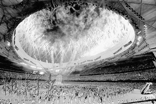 """国际奥委会新增闭幕式程序向志愿者献上""""红红火火""""花束"""