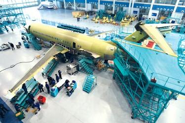 """偌大的总装车间里,第三架arj21国产支线飞机已显"""""""