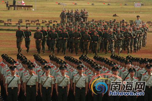 海口东山镇的武警海南省总队训练基地,新兵在训练 本网记者张茂摄-