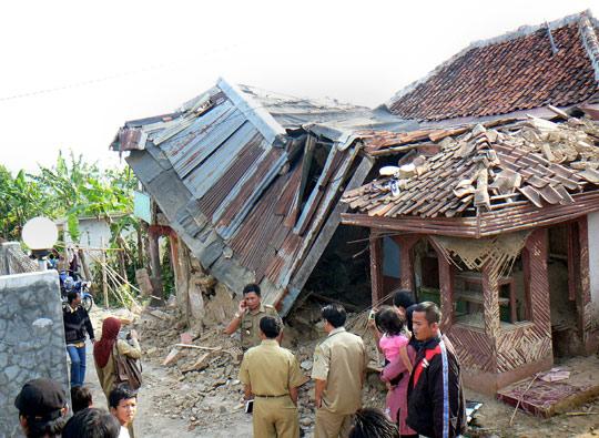 印尼地震已致42死400余伤(图)