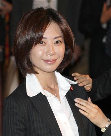 日本美女议员为曾当色情杂志记者拍裸体电影道歉