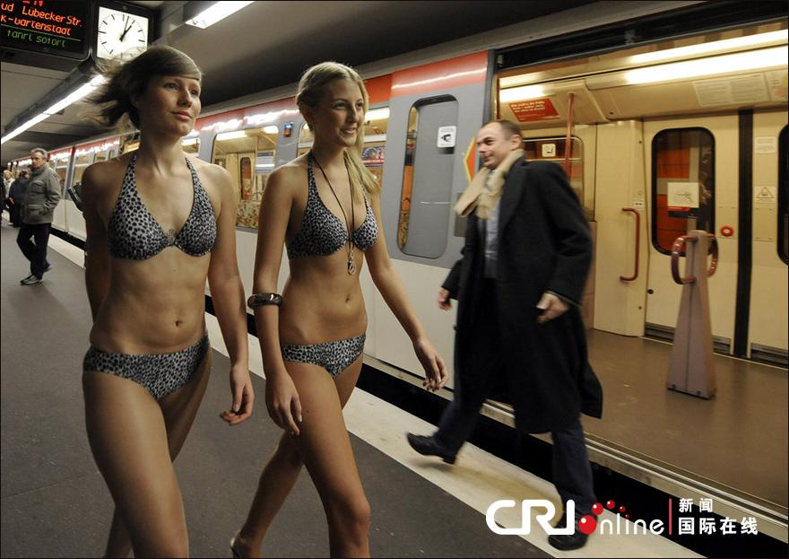 德国汉堡:比基尼模特地铁走秀高清组图 新闻