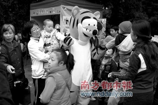 广州动物园吸引不少游客