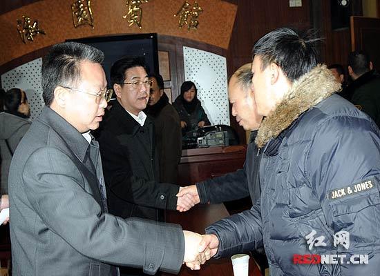 刘力伟代表湖南省委省政府看望消防烈士家属