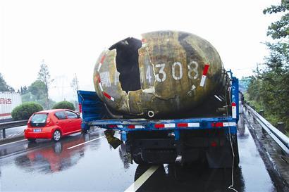 图文:客车高速公路上顶破盐酸槽罐车