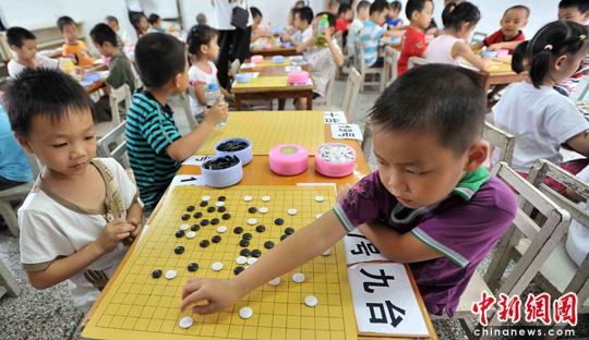 图:广西百色百名儿童对弈围棋图片