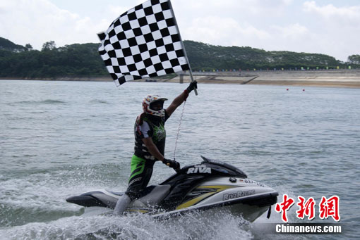 8月11日,来自海峡两岸的12名身怀绝技的水上摩托车、摩托艇运动员,在广西北海市星岛湖景区表演水上摩托车分列式、障碍赛、花式表演等精彩项目。中新社发 翟李强 摄   8月11日,来自海峡两岸的12名身怀绝技的水上摩托车、摩托艇运动员,在广西北海市星岛湖景区表演水上摩托车分列式、障碍赛、花式表演等精彩项目。作为此间正在举行的第二届广西体育节重要活动内容之一,当天的赛事吸引海峡两岸众多水上摩托车、摩托艇运动爱好者前往观战。   1