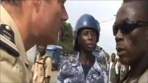 法军官威胁记者删照片法官方谴责其违背新闻自由
