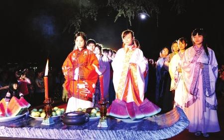 中秋拜月仪式_昨晚8点,传统中秋拜月仪式在草堂举行,这是草堂首次举行祭月活动,吸引