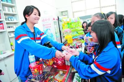 在实训超市,同学们体验到现代超市的全流程运作.本组图片均为小刘图片