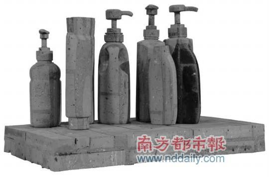 当你面对一辆由红砖头雕塑成的汽车,由红砖与青砖雕成的矿泉水瓶,茶壶图片