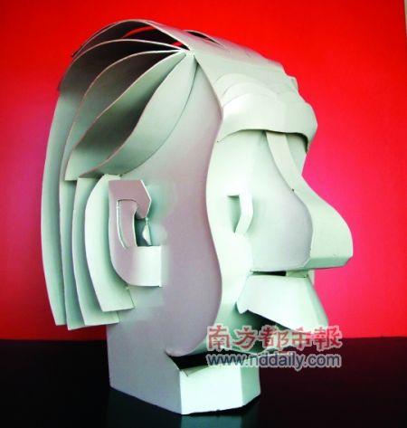 纸张做成诙谐聪明的纸质艺术品,再用更加坚固的金属材料铸造成雕塑,最