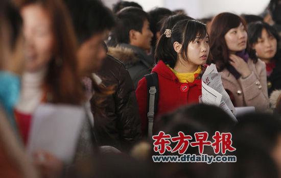 """2011年2月12日,求职者在上海万体馆的摊位前查看招聘信息。王炬亮 早报资料   11月22日、11月24日、12月1日,上海各级人保部门将在上海理工大学、上海师范大学、上海松江大学城连续举办3场校园招聘会,共组织346家企事业单位为应届高校毕业生提供3000余个岗位,这也标志着""""2011年全国人力资源市场高校毕业生就业服务周暨上海市高校毕业生就业服务周""""活动启动。此次高校毕业生就业服务周活动将持续至12月4日,其间将组织13场应届高校毕业生现场招聘会、校园招聘会。   此次"""