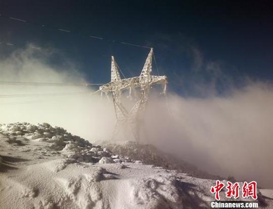 22日被冰雪包裹的电力铁塔. 杜先明 摄