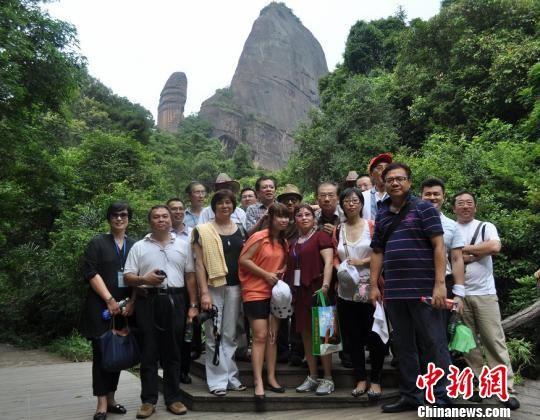 阳元石景点留影高莹摄; 20家海外华文媒体人齐聚广东丹霞山采风--华人