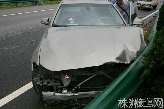 超速行驶撞上隔离护栏宝马稀巴烂司机安然无恙