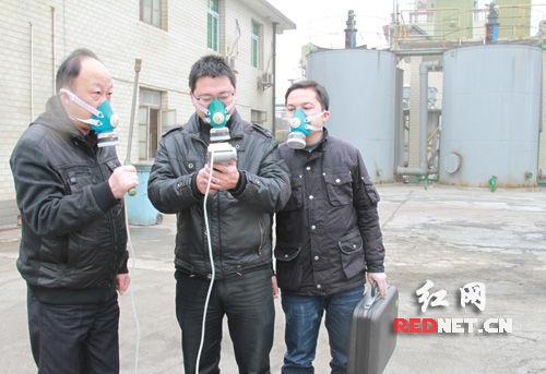 环保局工作人员在检测空气质量.