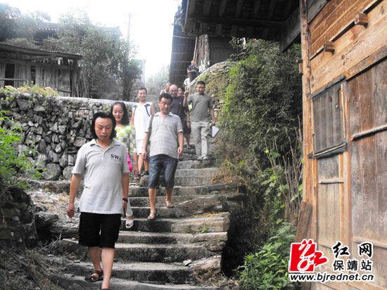 中国著名山水画家曾刚考察保靖吕洞山风景区