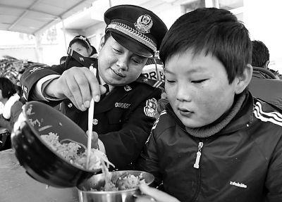 民警无微不至地关爱留守儿童.