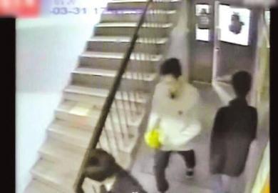 视频中被告林森浩手持黄袋.