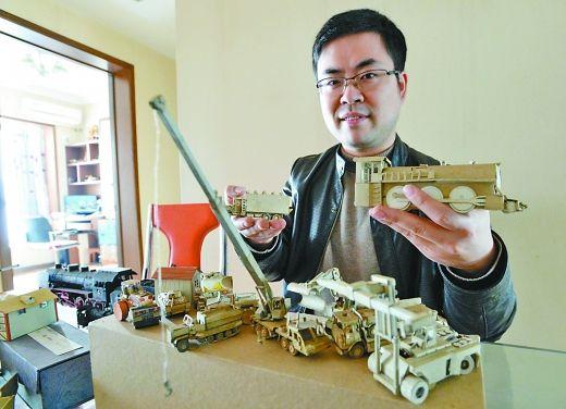 重庆玩纸模玩家少,他把精心制作的纸模拿到北京、上海去参展,他建议初学者从简单模型入手   江北区茶园雨花社区,纸模达人包睿展示他制作的纸模作品。 本组图/重庆晨报记者 胡杰   在平常人的眼里,纸壳、烟盒都是废弃品,但它们到了包睿手里,却能制作成立体感极强的模型,拖拉机、汽车、坦克、小房屋   用烟盒造车子盖房子   30岁的包睿住江北五里店。昨日中午,他正在制作一架列车炮,列车炮已基本成型,还需要安装一些小零件。包睿的书台上放着刀片、白胶、镊子等工具。灯光下,包睿正聚精会神粘贴着一块3厘