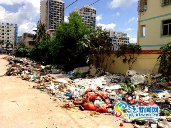 """垃圾""""长龙""""与三亚市南滨中学仅一墙之隔(三亚新闻网记者 刘丽萍摄图片"""