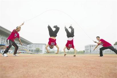 """这是该院花样跳绳社团6名同学的""""绝活""""."""